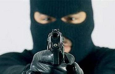Вооруженный грабитель напал на авто в Херсонской области