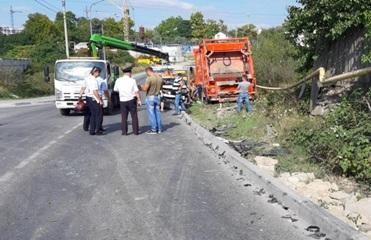 В Крыму мусоровоз протаранил 15 автомобилей