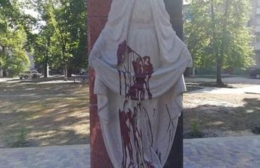 Под Житомиром облили краской новый памятник защитникам Украины