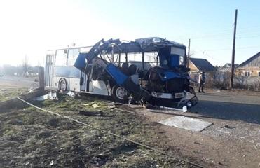 В Никополе легковушка влетела в автобус с рабочими, есть жертвы