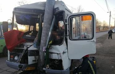 В Житомирской области автобус влетел в столб, есть жертвы