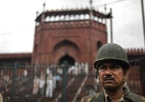 В Дели возле мечети обстреляли туристический автобус