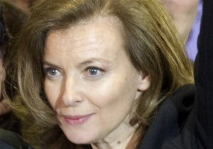 Французские журналы оштрафованы за фотографии подруги Олланда в купальнике