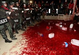У здания правительства Таиланда разлили полтонны крови