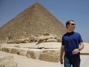 Медведев осмотрел египетские пирамиды