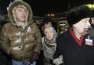Немцов и Лимонов, задержанные во время акции оппозиции в Москве, предстанут перед судом
