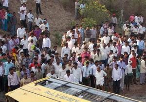 В Индии из-за камнепада автобус сорвался в пропасть, погибли 18 человек
