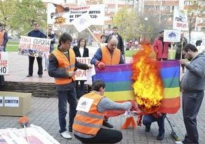 Против гомо-мазо-педофилов. В Киеве прошла акция против ЛГБТ-программы на Молодости