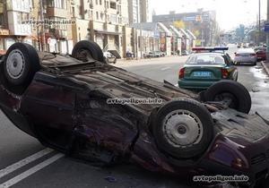 В Киеве на улице Горького в результате ДТП перевернулся автомобиль