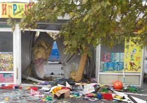 На Ленинградской площади в Киеве авто влетело в магазин с игрушками