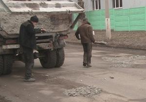 В родном городе Януковича ямы на дорогах засыпают камнями разной величины - издание