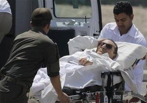 В Египте начались повторные слушания по делу Мубарака. Экс-президента доставили в суд на медицинском вертолете