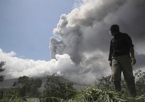 Власти Индонезии провели эвакуацию более 4,6 тысяч человек из-за извержения вулкана