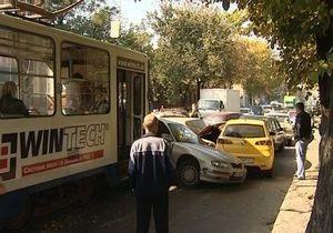 Принцип домино: в Харькове произошло ДТП с участием трамвая и 12-ти автомобилей