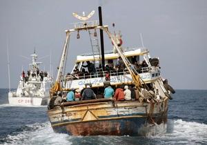 Судно с 300 мигрантами врезалось в скалы около острова Лампедуза