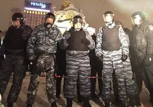 На Майдане место, где находился палаточный городок, окружили металлическими щитами