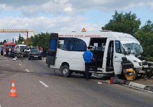 В Крыму столкнулись два автомобиля и микроавтобус: двое человек погибли, семеро детей в больнице