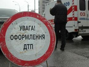 В Киеве Mercedes врезался в электроопору: погибли три человека