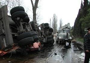 В Балаклаве прицеп 16-тонного бензовоза перевернулся на автомобиль: двое погибших