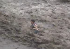 Видео стихии в Харькове: поток воды сбил с ног женщину и протащил 150 метров