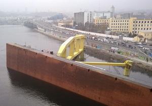 КП: Из упавшего в Киеве плавучего крана в Днепр вытекает мазут и солярка (обновлено)