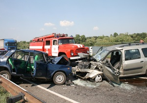 Возле Черкасс столкнулись три автомобиля: есть жертвы