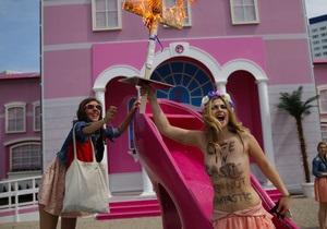 Femen провели акцию протеста против открытия Дома Барби в Берлине