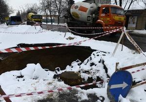 Огромная яма: в Киеве в очередной раз провалился асфальт