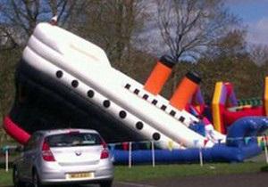 Жители ирландского городка раскритиковали власти за установленный в парке надувной тонущий Титаник