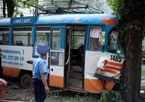 В Днепропетровске трамвай врезался в дерево: восемь пассажиров попали в больницу