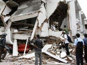 Жертвами землетрясения в Индонезии стали до 200 человек, тысячи людей остаются под завалами