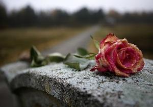 На киевском кладбище задержали трех человек, собиравших цветы с могил для продажи