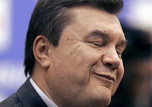 Янукович купил на Сорочинской ярмарке бочку для соления огурцов и вышиванку