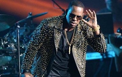 Фанаты R Kelly считают, что на концерте вместо певца выступал его двойник