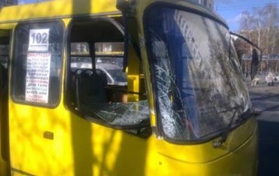 В Киеве мужчина на ходу выпал из маршрутки и попал под колеса машины