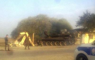 В Азербайджане танк врезался в автобусную остановку