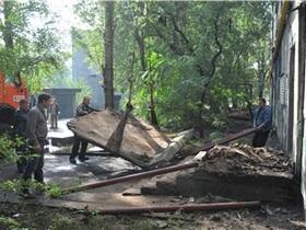 В Донецке скончался один из подростков, на которых рухнул козырек подъезда