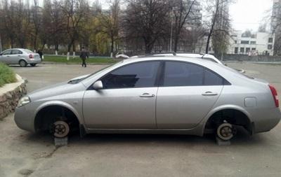 В Киеве неизвестные сняли колеса с 15 машин