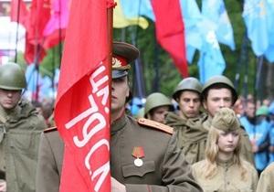 По Львову прошла колонна с красными флагами