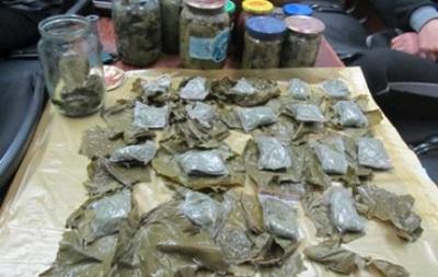 На российско-украинской границе нашли более килограмма наркотиков в банках с консервированными голубцами