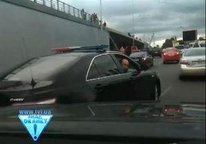 СМИ: Охрана Азарова повредила машины, не уступившие дорогу его кортежу