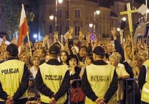 В Варшаве прошел  многотысячный митинг за перенос креста, установленного в память о гибели Качиньского