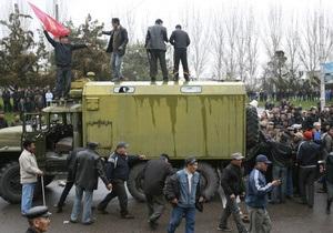 Киргизская оппозиция заявила, что Бакиева уже нет в Бишкеке, а премьер подал в отставку