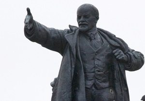 В Херсоне неизвестные забросали  памятник Ленину банками с краской