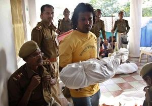 Давка, возникшая при раздаче бесплатной еды в индийском храме, привела к гибели 37 детей