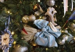Житель Великобритании женится на рождественской елке