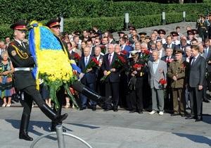 День скорби и памяти жертв войны - Азаров и Рыбак почтили память погибших в войне у могилы Неизвестного солдата в Киеве