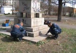 В Запорожье неизвестные облили ртутью памятник борцам революции