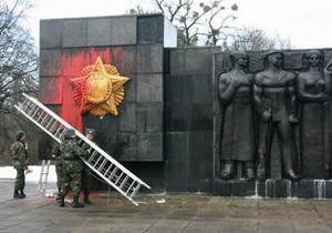 Во Львове облили краской Монумент боевой славы Советской армии