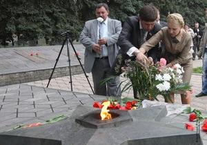 Тимошенко назвала закон о красных флагах оскорблением национального достоинства